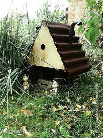 Как-то выкладывала садовый домик для гномика http://stranamasterov.ru/node/789981. Теперь показываю, какую крышу смастерила для него из обрезков кровельного материала в прошлом году (снимок прошлого года). В этом году дочь покрасила фронтон и крылечко ярко-желтой краской - КРАСОТА!!! фото 1