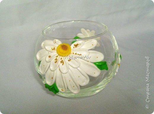 """Привет всем! Покажу еще одну мою попытку украсить вазу-шар. Эту я украсила ромашками из полимерной глины. Использовала я ее как """"конверт"""" для денежного подарка на день рождения молодой девушки. А вдохновителем явился этот МК http://www.liveinternet.ru/users/natali-ja/post227982222/ . Спасибо автору. фото 6"""