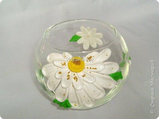 """Привет всем! Покажу еще одну мою попытку украсить вазу-шар. Эту я украсила ромашками из полимерной глины. Использовала я ее как """"конверт"""" для денежного подарка на день рождения молодой девушки. А вдохновителем явился этот МК http://www.liveinternet.ru/users/natali-ja/post227982222/ . Спасибо автору. фото 1"""