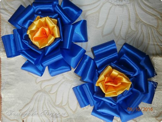 """По просьбе музруководителя нашего садика сделала 6 пар цветов из атласной ленты шир.5 см. Фотографий много, хотелось показать все цветы, как говорится """"во всей красе"""". 1 пара -синие.  фото 1"""