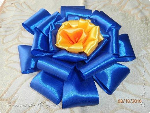 """По просьбе музруководителя нашего садика сделала 6 пар цветов из атласной ленты шир.5 см. Фотографий много, хотелось показать все цветы, как говорится """"во всей красе"""". 1 пара -синие.  фото 2"""