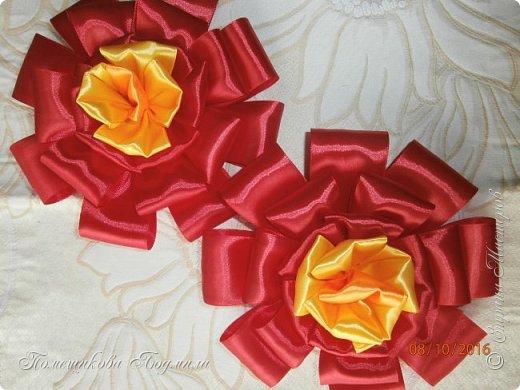 """По просьбе музруководителя нашего садика сделала 6 пар цветов из атласной ленты шир.5 см. Фотографий много, хотелось показать все цветы, как говорится """"во всей красе"""". 1 пара -синие.  фото 10"""
