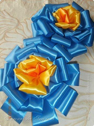 """По просьбе музруководителя нашего садика сделала 6 пар цветов из атласной ленты шир.5 см. Фотографий много, хотелось показать все цветы, как говорится """"во всей красе"""". 1 пара -синие.  фото 14"""