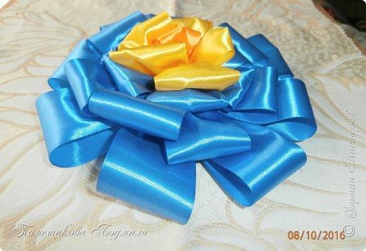 """По просьбе музруководителя нашего садика сделала 6 пар цветов из атласной ленты шир.5 см. Фотографий много, хотелось показать все цветы, как говорится """"во всей красе"""". 1 пара -синие.  фото 15"""