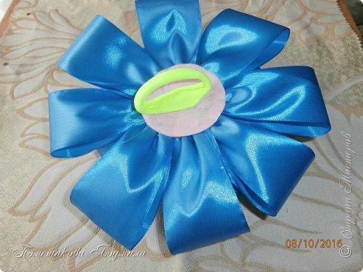 """По просьбе музруководителя нашего садика сделала 6 пар цветов из атласной ленты шир.5 см. Фотографий много, хотелось показать все цветы, как говорится """"во всей красе"""". 1 пара -синие.  фото 16"""