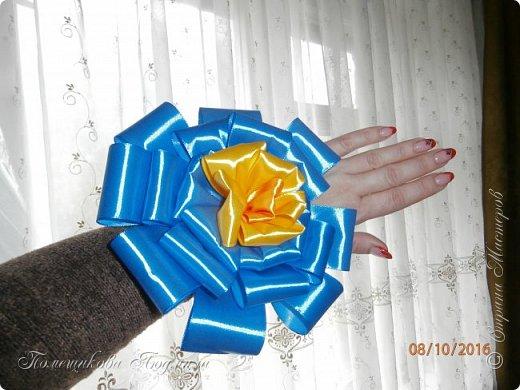 """По просьбе музруководителя нашего садика сделала 6 пар цветов из атласной ленты шир.5 см. Фотографий много, хотелось показать все цветы, как говорится """"во всей красе"""". 1 пара -синие.  фото 3"""