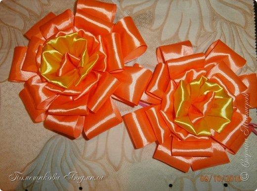 """По просьбе музруководителя нашего садика сделала 6 пар цветов из атласной ленты шир.5 см. Фотографий много, хотелось показать все цветы, как говорится """"во всей красе"""". 1 пара -синие.  фото 18"""