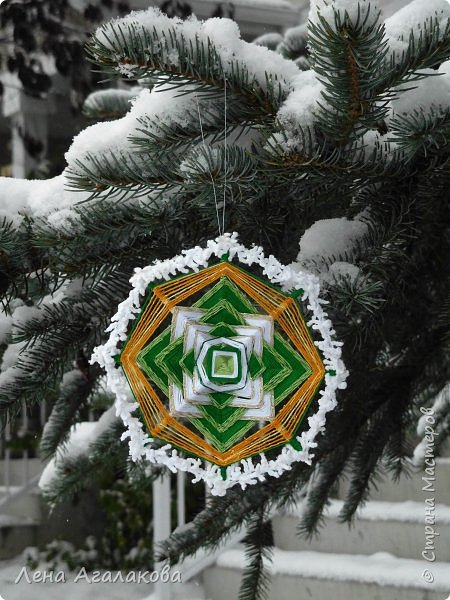 Добрый день или вечер! Сплелось у меня еще три новых мандалы которые украсят мой дом и дома моих друзей на Новый год и Рождество ! Очень захватывает процесс плетения, мандалы все получаются разные, большое пространство для импровизации.  фото 3