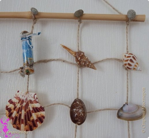 Всем добрый вечер! По прошествии лета, морское настроение не покидает ... вот и сотворилось панно с морскими ракушками и камушками...А для настроения я слепила парусник, рыбку . сделала морскую бутылочку! Спасибо огромное Наталье Силиной за мастер-класс: http://stranamasterov.ru/node/609850?c=favorite. Так как палочки бамбука у меня тонкие, я их не сверлила, а привязывала шпагат к ним. фото 4