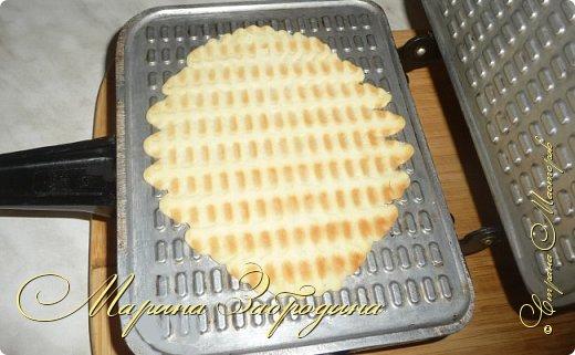 Здравствуйте! Сегодня пишу еще один рецепт домашних вафельных трубочек. Готовить буду также на старой советской вафельнице. Эти вафли не мягкие, они не очень тонкие и более хрупкие. Очень вкусные фото 8