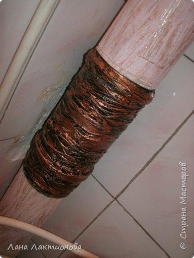 Добрый день! Поменяли в туалете трубу - цвет серый, ходила все думала, что делать? Красить не хотелось, подобрала под кафель обои и поклеила в 2 слоя - но, а труба то - пустая - сделала семью паучков и паутинку. А стену украсила кирпичиками. фото 5