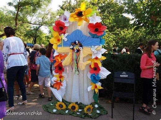 """У нас в городе проходил ежегодный  праздник цветов. Тема в этом году была """"Украина - европейская страна"""". В школе каждый класс представлял определенную страну Европы. Наш класс представлял Украину. Мне нужно было сделать карту и трезубец. Придумала вот такой вариант. фото 1"""