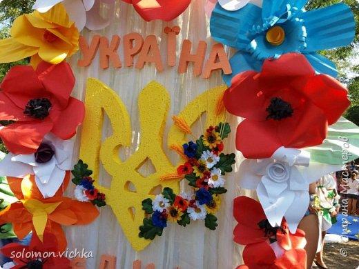 """У нас в городе проходил ежегодный  праздник цветов. Тема в этом году была """"Украина - европейская страна"""". В школе каждый класс представлял определенную страну Европы. Наш класс представлял Украину. Мне нужно было сделать карту и трезубец. Придумала вот такой вариант. фото 4"""