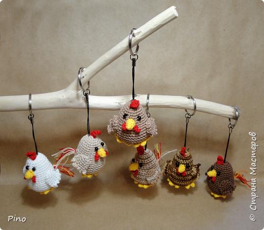 Готовь сани летом, а к Новому году точно пора начинать готовиться. Петушки от Jolanda https://filantrojopie.blogspot.com.by/2016/01/gratis-patroon-kip.html фото 1
