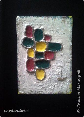 Здравствуйте. Я сегодня с небольшой серией АТС. Вдохновилась  мастер-классом Ольги Знаменской  ( http://pastilka.blogspot.ru/2013/04/moroccan-atcs-and-tutorial.html ). Чипборд заменила сеточкой, нарисованной клеевым пистолетом, текстурную пасту - шпатлёвкой по дереву, глосси - 3-Д клеем. Когда обдумывала карточки, мне представлялся старый-старый город с шершавыми белёными стенами. А в стенах кое-где - остатки старинной мозаики. Пару лет назад я побывала в Израиле, и впечатление от этой поездки до сих пор не остыло.Каждая карточка у меня почему-то ассоциируется с определённым городом. Это личное восприятие, так что не удивляйтесь. фото 4