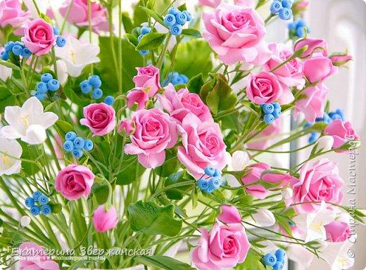 Букет с кустовыми розами, колокольчиками и ягодой. Керамическая флористика. фото 1