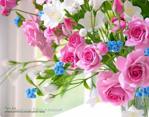Букет с кустовыми розами, колокольчиками и ягодой. Керамическая флористика. фото 2
