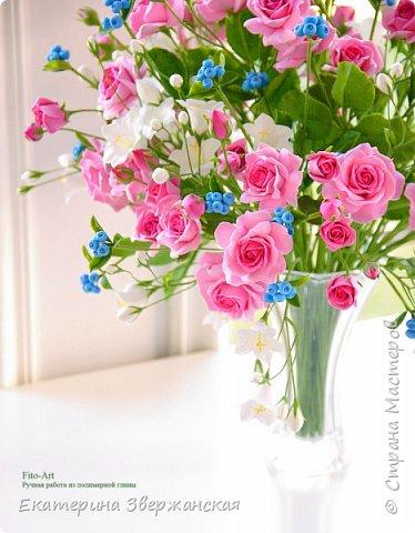 Букет с кустовыми розами, колокольчиками и ягодой. Керамическая флористика. фото 3