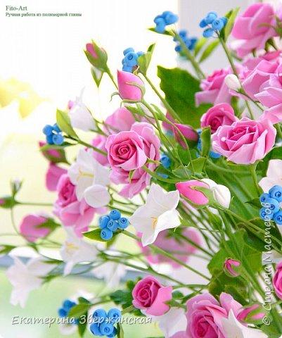 Букет с кустовыми розами, колокольчиками и ягодой. Керамическая флористика. фото 4