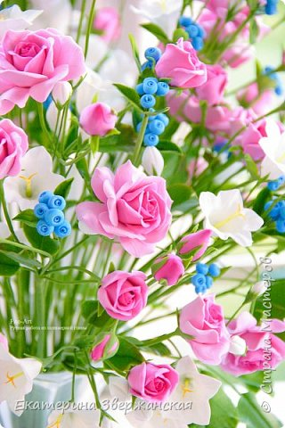 Букет с кустовыми розами, колокольчиками и ягодой. Керамическая флористика. фото 5