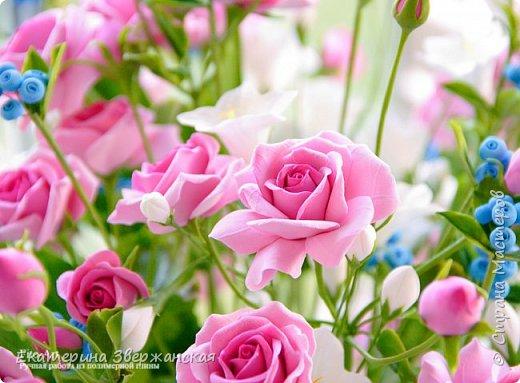Букет с кустовыми розами, колокольчиками и ягодой. Керамическая флористика. фото 6