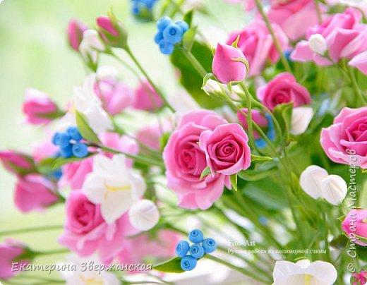 Букет с кустовыми розами, колокольчиками и ягодой. Керамическая флористика. фото 7