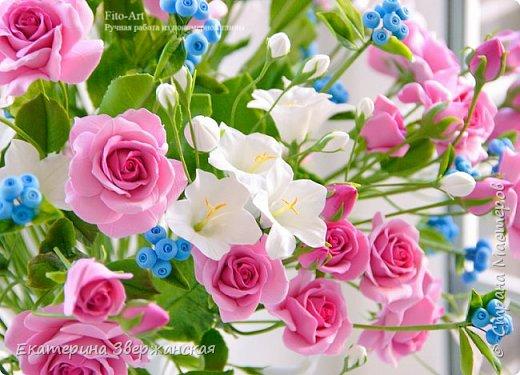 Букет с кустовыми розами, колокольчиками и ягодой. Керамическая флористика. фото 8