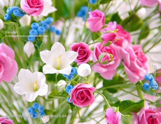 Букет с кустовыми розами, колокольчиками и ягодой. Керамическая флористика. фото 9