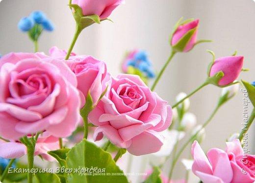 Букет с кустовыми розами, колокольчиками и ягодой. Керамическая флористика. фото 10