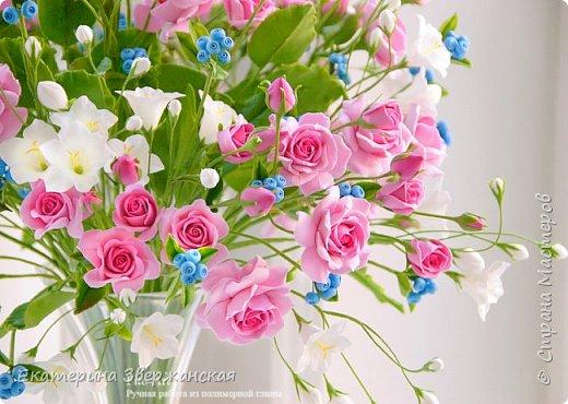 Букет с кустовыми розами, колокольчиками и ягодой. Керамическая флористика. фото 11