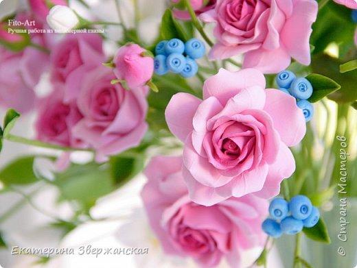 Букет с кустовыми розами, колокольчиками и ягодой. Керамическая флористика. фото 12