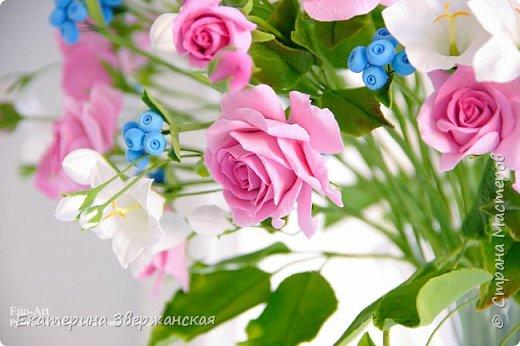 Букет с кустовыми розами, колокольчиками и ягодой. Керамическая флористика. фото 13
