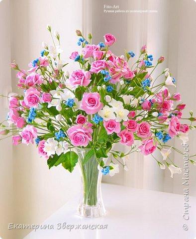 Букет с кустовыми розами, колокольчиками и ягодой. Керамическая флористика. фото 15