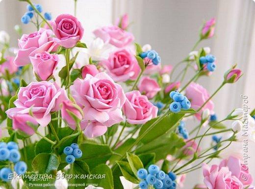 Букет с кустовыми розами, колокольчиками и ягодой. Керамическая флористика. фото 16