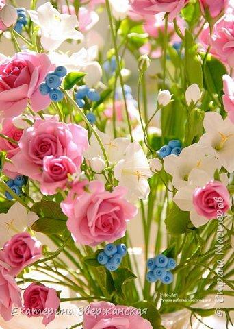 Букет с кустовыми розами, колокольчиками и ягодой. Керамическая флористика. фото 17