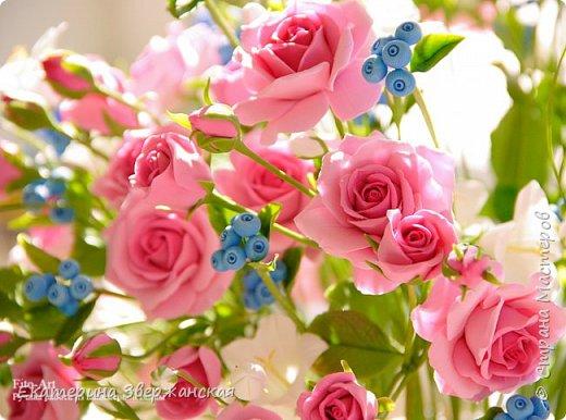 Букет с кустовыми розами, колокольчиками и ягодой. Керамическая флористика. фото 18