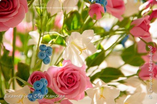 Букет с кустовыми розами, колокольчиками и ягодой. Керамическая флористика. фото 19