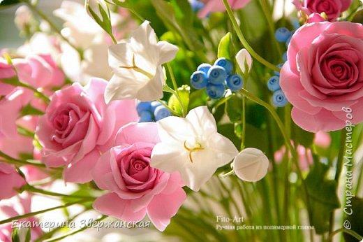 Букет с кустовыми розами, колокольчиками и ягодой. Керамическая флористика. фото 20