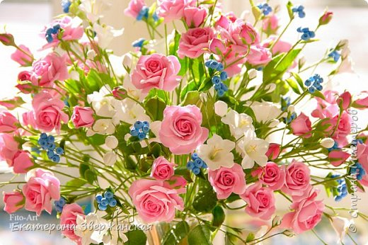 Букет с кустовыми розами, колокольчиками и ягодой. Керамическая флористика. фото 21