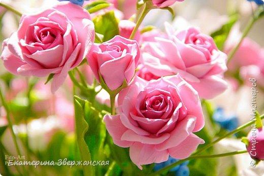 Букет с кустовыми розами, колокольчиками и ягодой. Керамическая флористика. фото 22