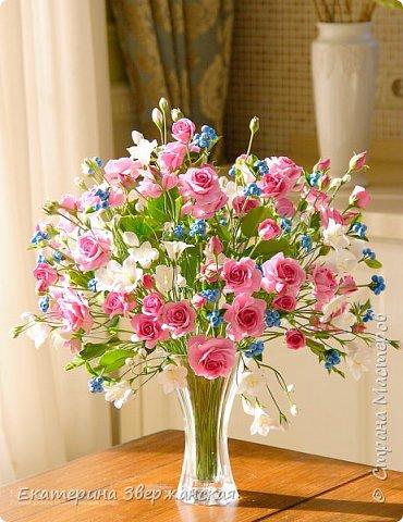 Букет с кустовыми розами, колокольчиками и ягодой. Керамическая флористика. фото 23