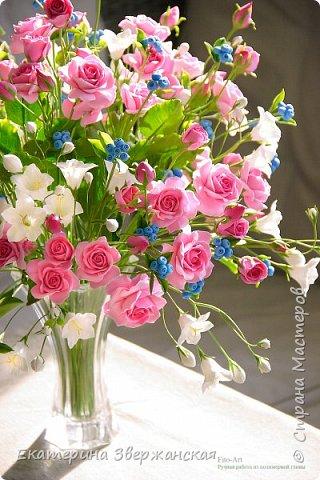 Букет с кустовыми розами, колокольчиками и ягодой. Керамическая флористика. фото 24