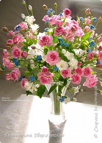 Букет с кустовыми розами, колокольчиками и ягодой. Керамическая флористика. фото 25