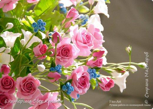 Букет с кустовыми розами, колокольчиками и ягодой. Керамическая флористика. фото 26