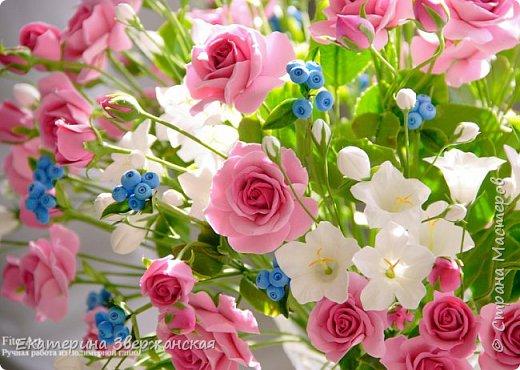 Букет с кустовыми розами, колокольчиками и ягодой. Керамическая флористика. фото 27