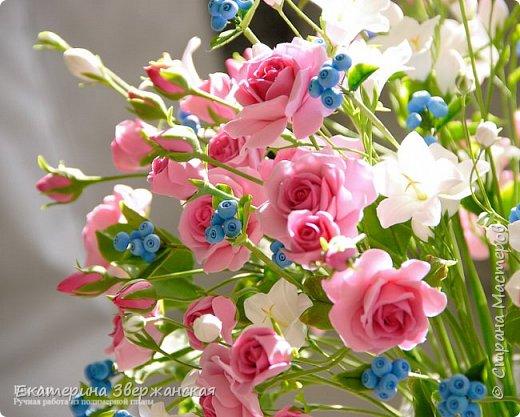 Букет с кустовыми розами, колокольчиками и ягодой. Керамическая флористика. фото 28