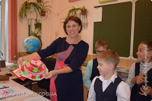 День учителя России Всей страной мы отмечем! Наших мудрых, добрых, сильных Педагогов поздравляем!  От души мы вам желаем Новых знаний и умений, Чтоб страна гордилась вами! Радости! Любви! Терпенья! Ежегодно в начале октября в нашей стране отмечают день учителя. Это замечательный повод, чтобы отблагодарить своего любимого педагога за труд и те знания, которые он помог получить, и вручить ему подарок от всего сердца.  Всем известно, лучший подарок- подарок, изготовленный своими руками.  фото 6
