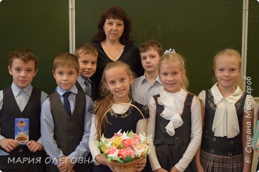 День учителя России Всей страной мы отмечем! Наших мудрых, добрых, сильных Педагогов поздравляем!  От души мы вам желаем Новых знаний и умений, Чтоб страна гордилась вами! Радости! Любви! Терпенья! Ежегодно в начале октября в нашей стране отмечают день учителя. Это замечательный повод, чтобы отблагодарить своего любимого педагога за труд и те знания, которые он помог получить, и вручить ему подарок от всего сердца.  Всем известно, лучший подарок- подарок, изготовленный своими руками.  фото 9