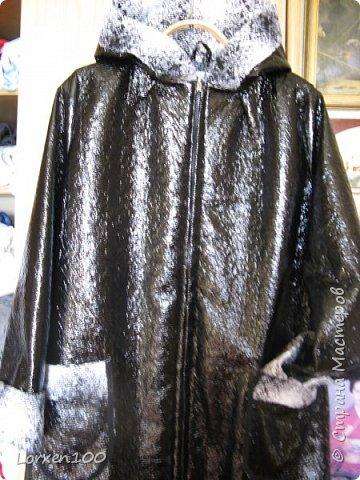 """Здравствуйте,мои соседи! Продолжаю утепляться...Такой плащ пошился для дождливой погоды.Ткань - верх-акриловая кожа,а с изнанки - симпатичная черно-белая клетка.Получился бюджетный вариант,даже и подкладка не нужна и отделка здесь же... Плащ-серьезная одежда-защищает от дождя- Модно,стильно и красиво и промокнуть в нем нельзя! Черно-белая подкладка-зеброй я гулять пойду, Жаль,что клетчатых собратьев в парке,вряд ли, я найду... По блестящей моей """"коже"""" струйки змейками скользят, Я гуляю по аллеям -принимаю древ парад! А душа поет и стонет от осенней красоты, Листья падают, порхая, недалече до зимы.... фото 5"""