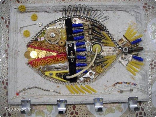Рыбёшка собрана на одном дыхании. Размер 24/33.  Состав: желание,нужные нужности, основа(рамка), горячий пистолет, чёрная аэрозольная краска, бронзовая(серебро, медь) краска, лак. фото 2